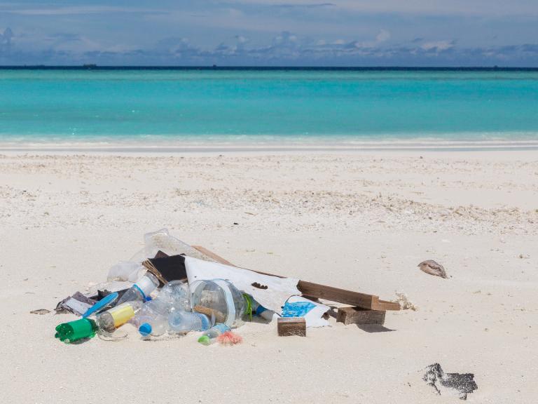 plastic afval op tropisch strand